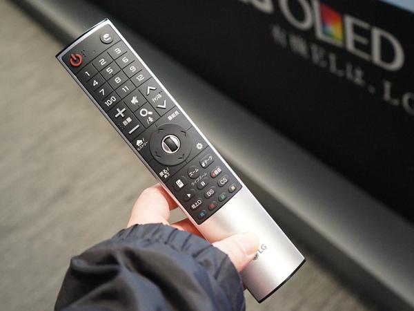 有機ELテレビに付属するリモコン。リモコンを振ることでカーソルを操作できる