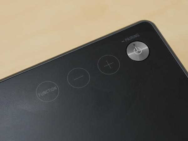 本体上面には操作ボタンなどが並ぶ。NFCにも対応する