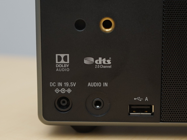 本体背面左側にはUSB端子を搭載。ストレージの接続が可能