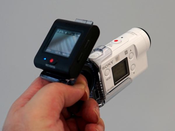 同時発売となる新オプション「フィンガークリップ」。片手での撮影を可能とする。税抜希望小売価格は3000円