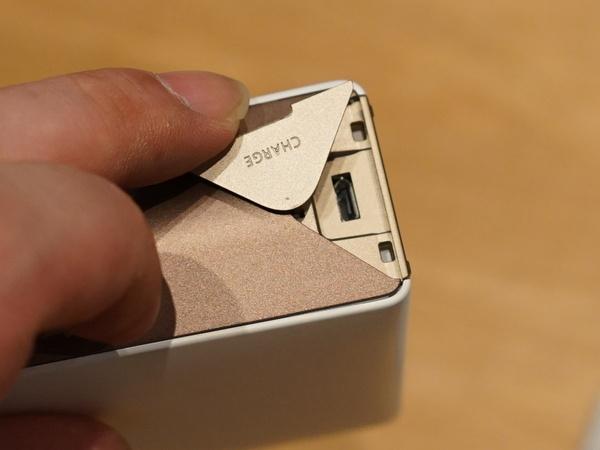 microUSBで充電が可能