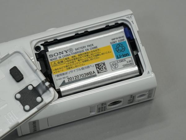 バッテリーは取り外し可能。本体で充電を行なえる