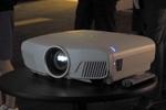 世界初かも、4K映像をワイヤレスで飛ばせるシアタープロジェクター