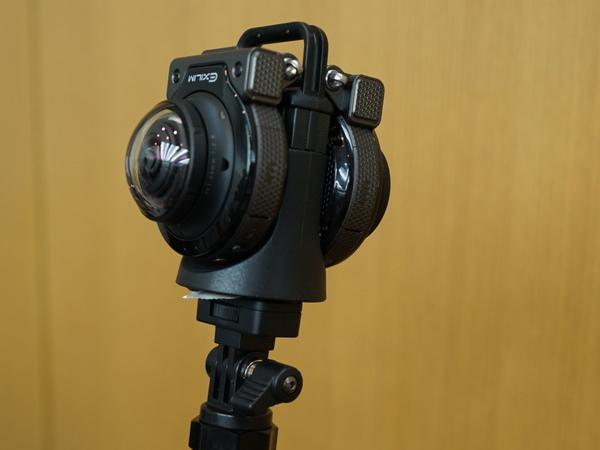 2台を背合わせにくっつければ全天球撮影が可能。そのためのアダプターも用意する
