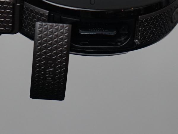カメラ部側面にmicroSDカードスロットを搭載