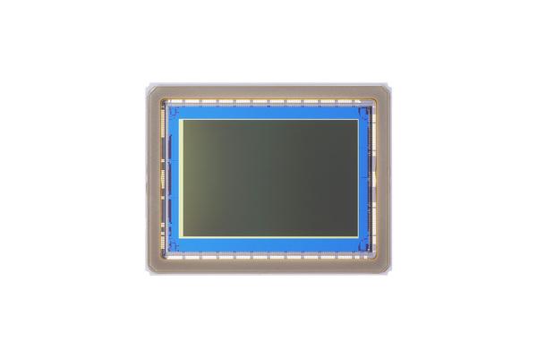 撮像素子はフルサイズ。「デュアルピクセル CMOS AF」対応だ