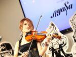 XperiaのCM曲をヴァイオリニストAyasaがドコモラウンジで生演奏!