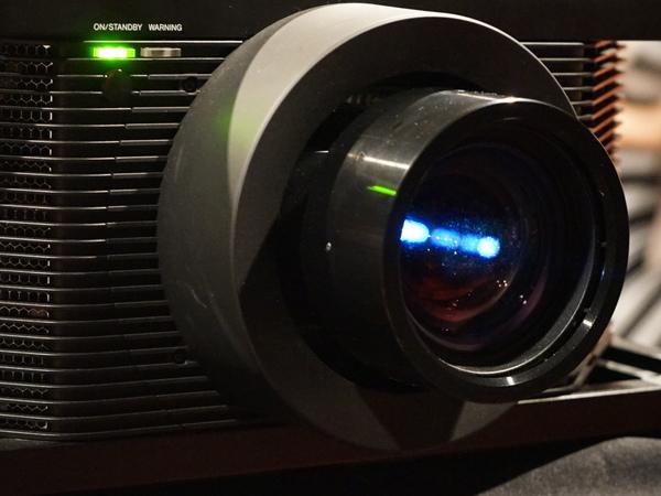 新開発のレンズ。電動の2.1倍ズームが可能。レンズシフトもできる