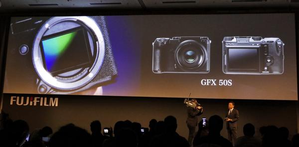 カメラ本体は「GFX50S」という名称で、センサーはこのようにマウントいっぱのサイズ!