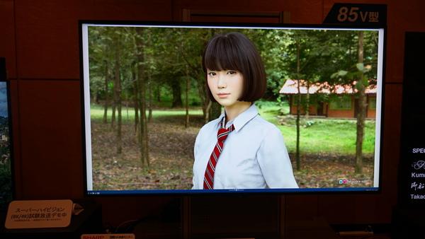実写にしか見えない3DCG美少女「saya」と8Kでコラボするというシャープ。8Kディスプレーで表示デモ
