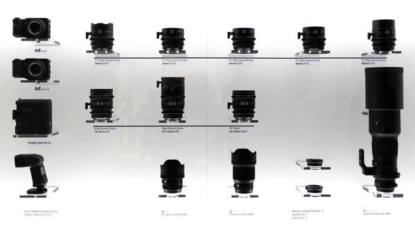 ブース正面にある新製品を並べたディスプレイ。中央下が新Artラインの2本で、右にある一番長いのが500mm