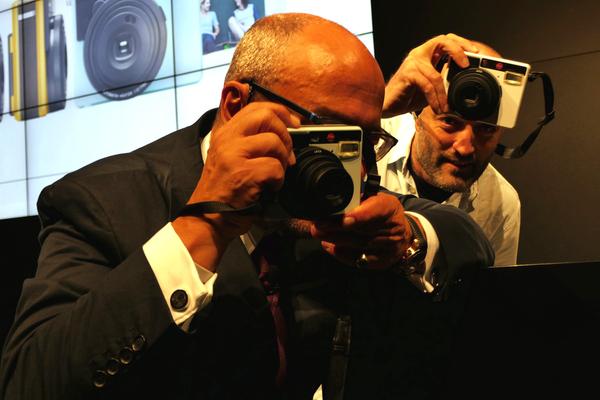 我々の写真を撮りはじめるカウフマン氏とカメラマン