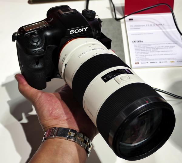白レンズの70-200mmF2.8を付けたα99IIも発見。これが似合うカメラですよね。しばらく試撮してみましたが、AFの速さはもう瞬時すぎてよくわかりません。EVFは解像度は昨今のXGAのままですが、とてもきれいになっていて驚きました。でも片手で持つのは重いです