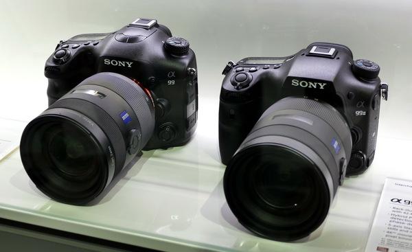 4年前に発売されたα99(左)と並んだ展示もありました。前モデルはなで肩な上に、ペンタ部分のマイクが目立ちますね