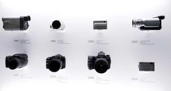 ソニーとツァイスの協業が20周年になるので、記念の展示がありました。みなさんはいくつ持っていますか? 自分は「F505K」と「R1」を2台と「α900」と……ああ、「T1」と「TX1」もあります。ハンディカムも2台かな? 交換レンズの数は聞かないでください