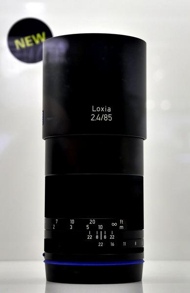 こちらはソニーEマウント用のMFレンズLoxiaシリーズで、直線的デザインです。新製品の85mmF2.4は長身でハンサムですね