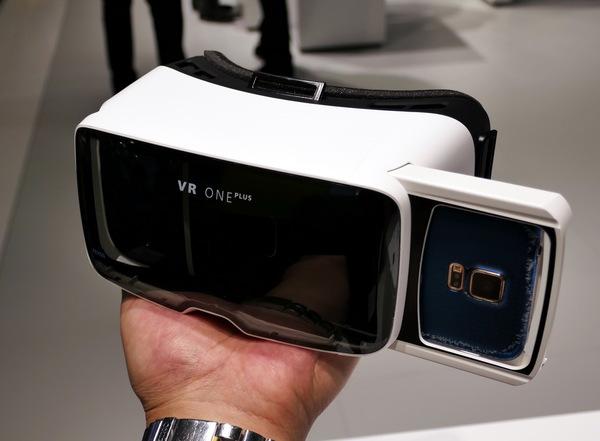 こちらは2週間前に出荷が始まったばかりのヘッドセット「VR ONE PLUS」です。前モデルはiPhoneとGalaxyのみ対応でしたが、こちらはホルダーを工夫して4.7~5.5インチまでのスマホがどれでも入るようになりました。129ユーロは買いそうです