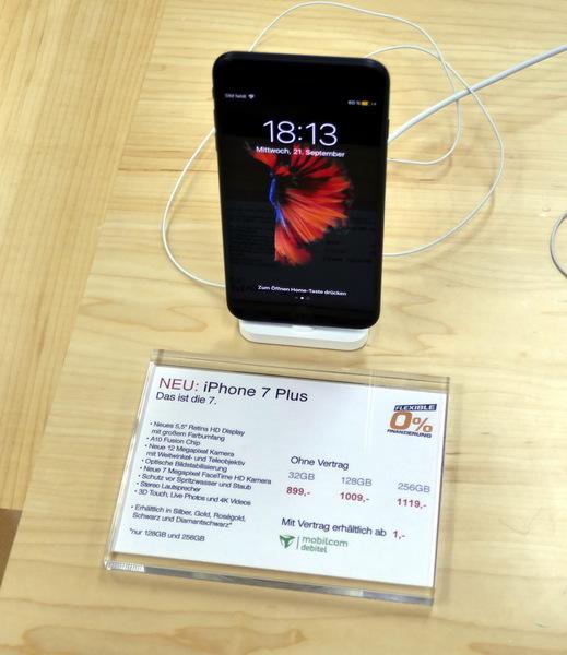 おまけですが、iPhone 7もちろん売っています。32GBが899ユーロ、128GBが1009ユーロ、256GBが1119ユーロです。日本では税込で9万2664円、 10万4544円、 11万6424円ですから、タックスリファウンドすると同じくらいでしょうか?