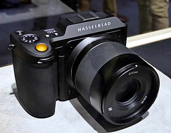 4116コレクションの1つとして、6月に発表した中判ミラーレス「X1D」のオールブラックエディションを発表しました。本体とレザー・ハンドストラップ、XDC45mmの標準レンズのセットです