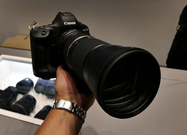 デカいつながりでタムロンが発表したレンズを触ってきた。150-600mmF5-6.3でキヤノン・ニコン用。AF速度や手ブレ防止機能が向上したほか、ズームリングのスライドで、どの位置でもロックが可能となっている