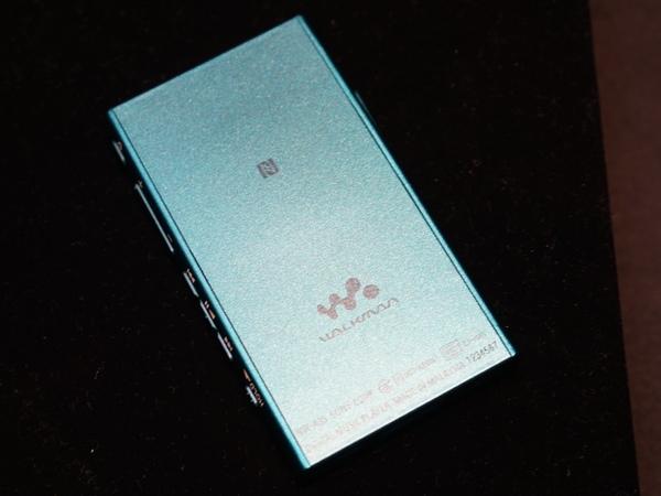 本体背面。NFC受信部があり、タッチでBluetoothペアリングが可能