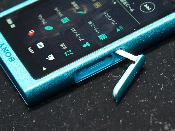 microSDカードスロットを搭載。ストレージ容量を追加できる
