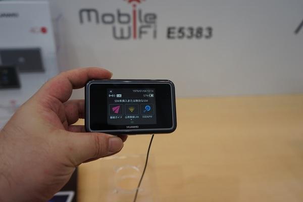 LTE Cat6に対応したモバイルルーターの「Mobile Wi-Fi E5383」。山間部などでもつながりやすいとのこと