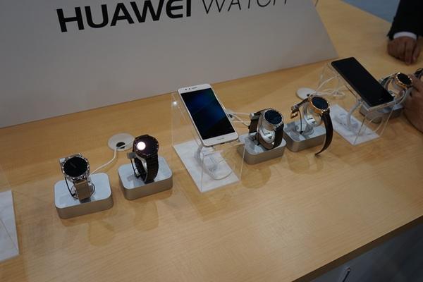 丸型デザインを採用する「HUAWEI WATCH」。微妙にデザインが異なる製品が並ぶ