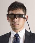 網膜にレーザーを投影して視力を拡張するARアイウェア
