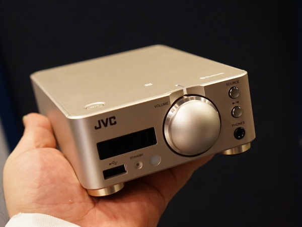 「EX-NW1」のアンプ。KA-NA7とは本体カラーやダイヤルの形状などが若干異なる。固定ネジも銅メッキされ、部分ごとに異なる金属のワッシャーを採用
