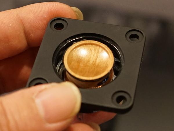 小口径のウッドコーンを採用するため、ダンパーを新規に開発