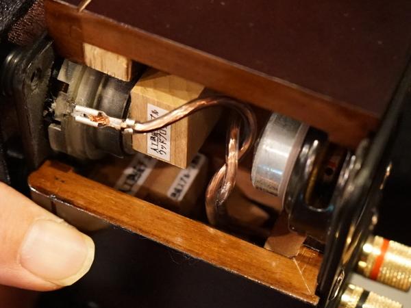 スピーカー内部。ユニット背後にメイプルウッドブロックを配置。その下方にチェリーとスプルースの響棒が見える