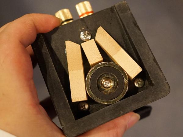 スピーカー底面。竹棒を3本配置して低音再生を強化。固定ネジは1本だけがステンレス製というこだわりも