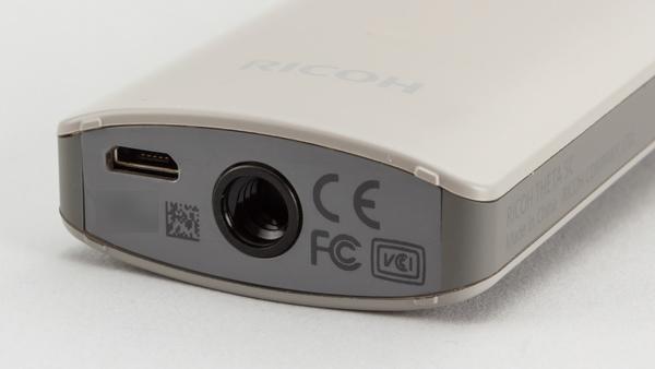 本体底面。三脚穴のほか、充電およびPC接続のためのmicroUSB端子がある。HDMI端子はない