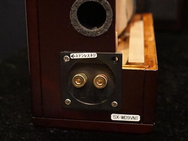 音質調整のため、左上の1本のネジだけをステンレス素材にしている