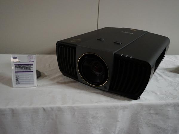 LED光源を採用する「X12000」