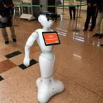HoloLensをつけたPepperが自律歩行、ANAとNSSOLが宮崎空港で実証