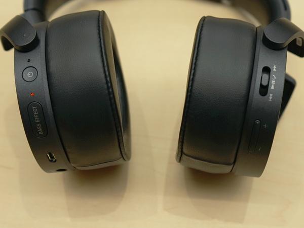 ハウジング左側に「BASS EFFECT」ボタンを装備。これを押すことでスマホであらかじめ設定した音響効果が有効になる