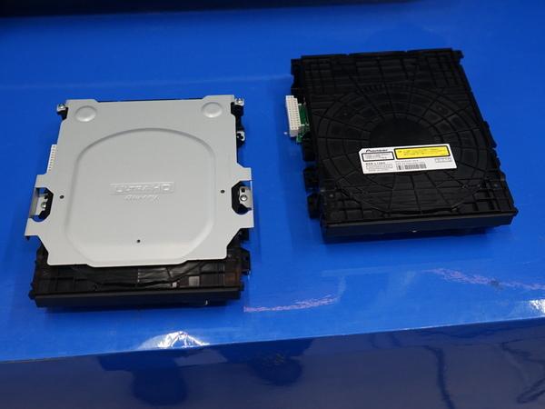 左が新しいBDドライブ。白いパーツがスタビライザー