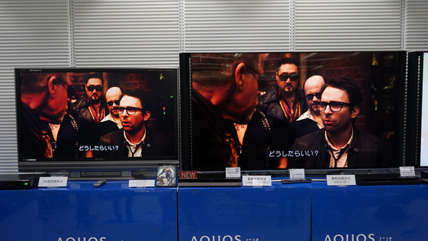 左は10年前のBDレコ&テレビの組み合わせで2K映像を表示。右はBD-UT3100と最新のテレビで4K HDR表示している。画面サイズの違いで解像感はあまり変わらないが、黒の濃淡や反射した光の表現などが右のほうが優れている