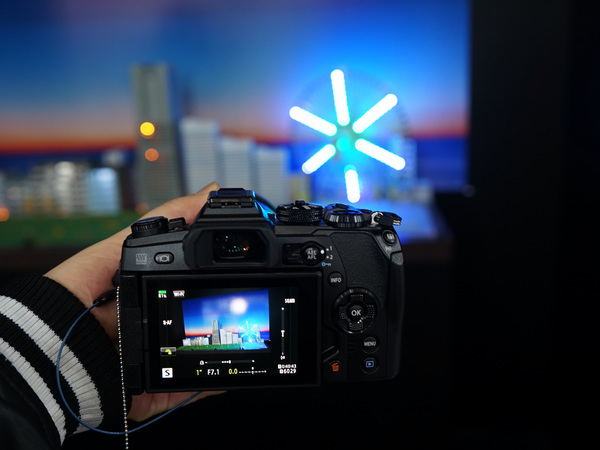暗所撮影体験コーナーでは、夜景のミニチュアを撮影する方法を伝授