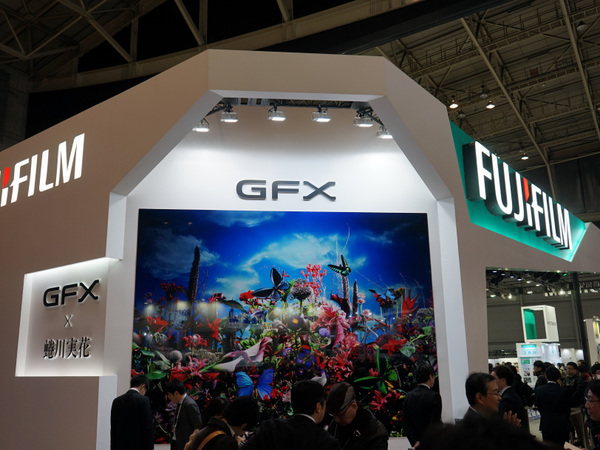 入口にドーンと「GFX」と書いてある富士フイルムブース