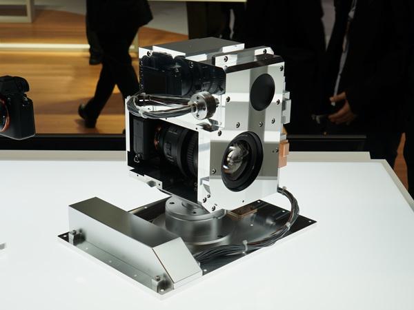 ソニーブースにあった宇宙仕様の「α7S II」。国際宇宙ステーションの船外カメラとして設ちされているとのこと