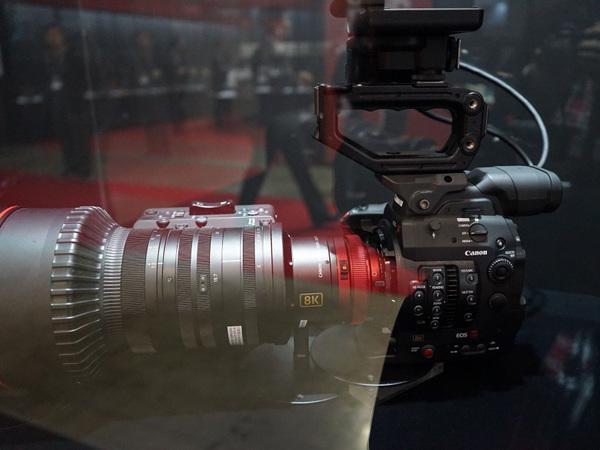 8Kカメラの参考展示。8K専用CMOSセンサーを搭載している
