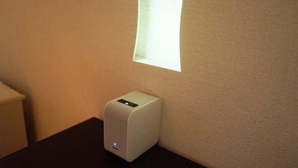 壁に密着させても表示可能な超短焦点プロジェクター「LSPX-P1」