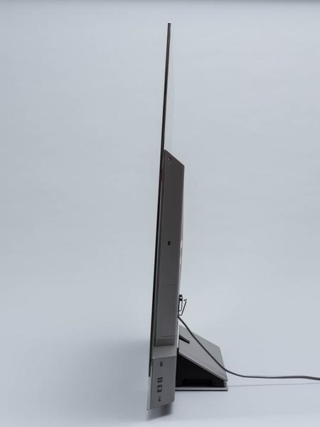 65X910を横から見たところ。上部の薄さはまさに板のような感じ。強度が心配になるが、触ってみると思った以上に頑丈だ