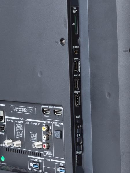 58Z810Xの側面の接続端子。こちらもSDメモリースロットや汎用USBなどが装備されている