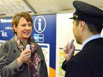 東京メトロ、音声翻訳デバイスを活用した旅客案内実験を実施
