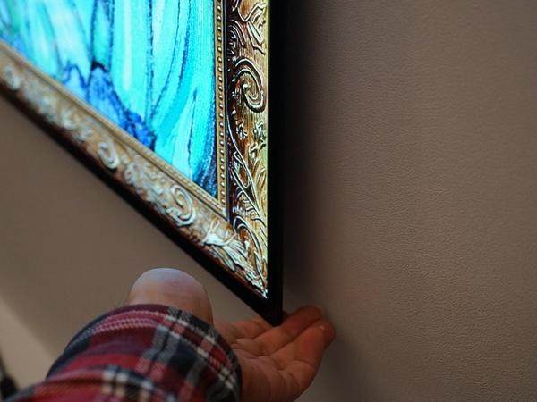 この薄さなので壁掛けテレビというより厚めのポスターのイメージ