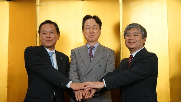 左から、船井電機代表取締役 執行役員社長の前田哲宏氏、エレコムの取締役社長である葉田順治氏、DXアンテナの代表取締役社長 米山 實氏